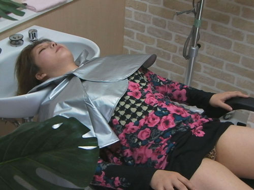 美容院でシャンプー待ちをしている女性客のパンチラ盗撮