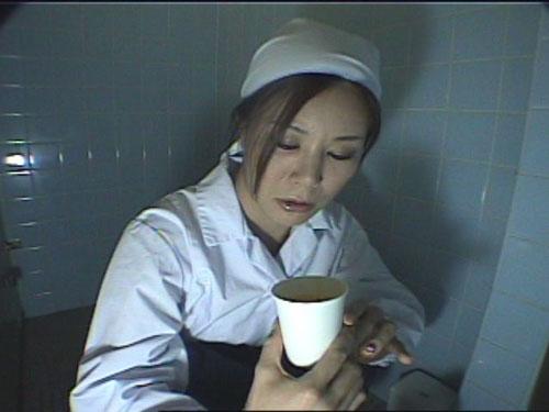 給食センターで働くおばちゃんの尿検査用採取盗撮映像