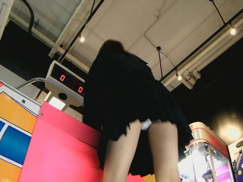 エアーホッケーに夢中になっている女子校生のヒラヒラ舞うスカートからちらちら見えるパンチラ盗撮