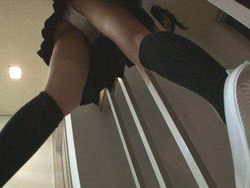 ちょいエロおやじの女子校生階段パンチラ投稿