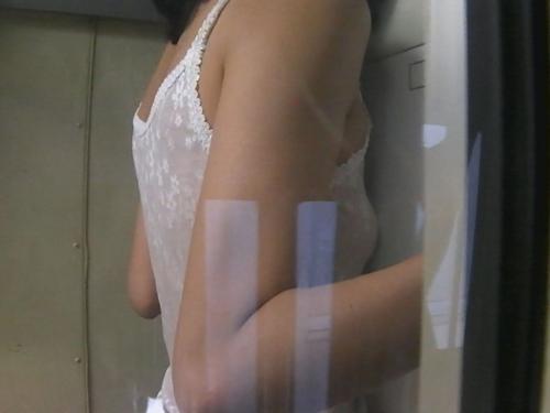 検査技師が仕掛けたカメラに映った美人OLの肢体流出