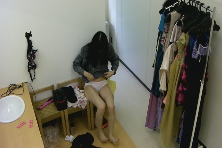 キャバ嬢の生着替えを隠し撮り!w