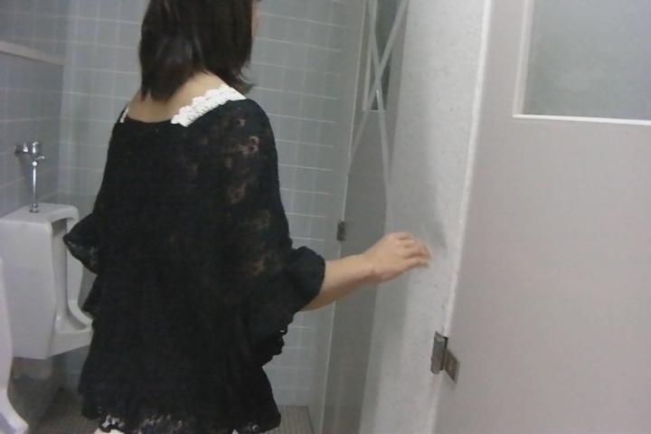 女性が我慢できずに男子トイレでおしっこをもらしちゃう姿を盗撮動画!