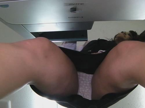 コピー機に仕込んだカメラが捕らえた美人OLのパンチラ 2