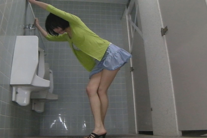 我慢の限界!!美女たちの立ち小便盗撮映像 2 2