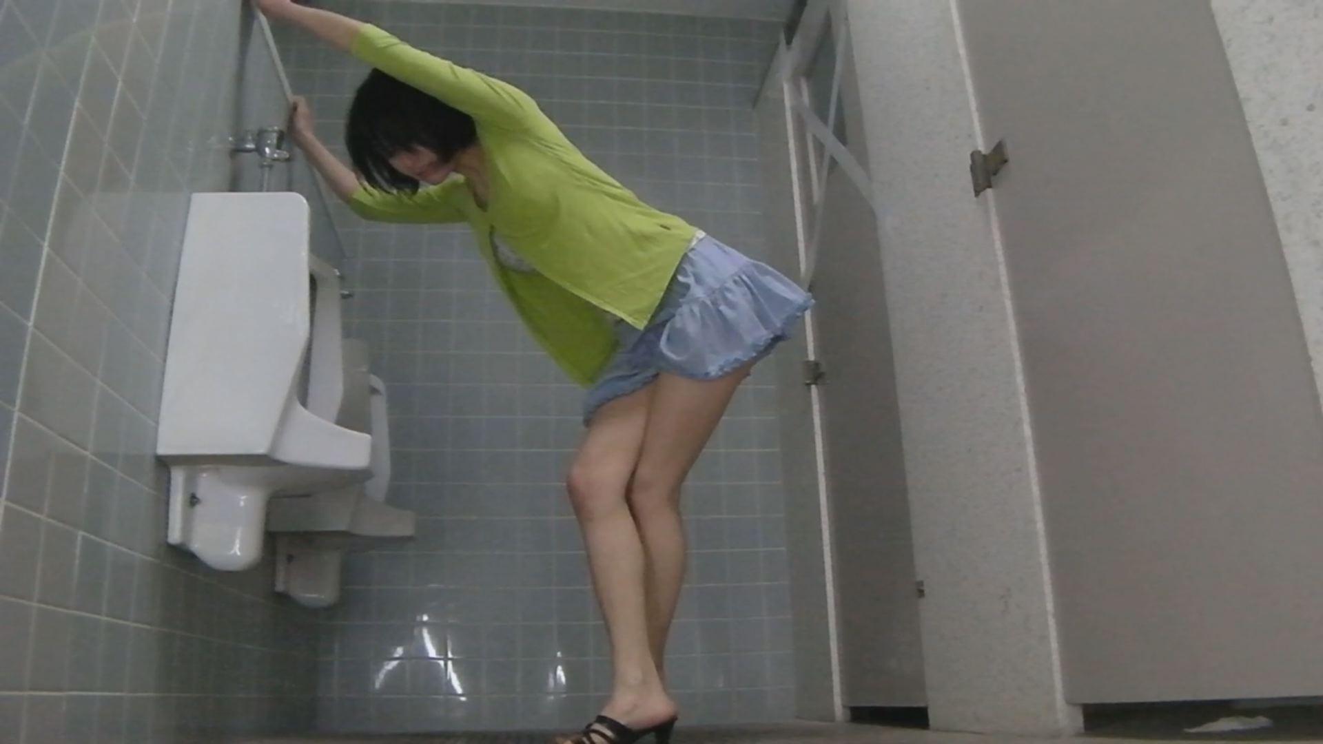 男子トイレで女子がおもらし盗撮!びしょびしょ