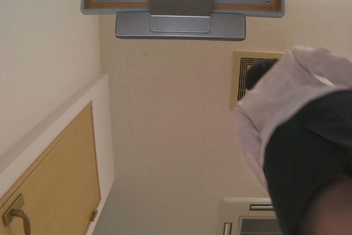 メガネ屋さんの店員が検眼中にこっそり逆さ撮りしたお客さんのパンモロ映像8...thumbnai2